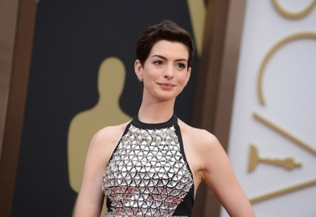 Anne Hathaway no acaba de acertar con su look de Gucci en los Oscar 2014