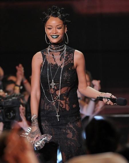 Los labios verdes de Rihanna a examen, ¿se colará el tono en nuestros neceseres?