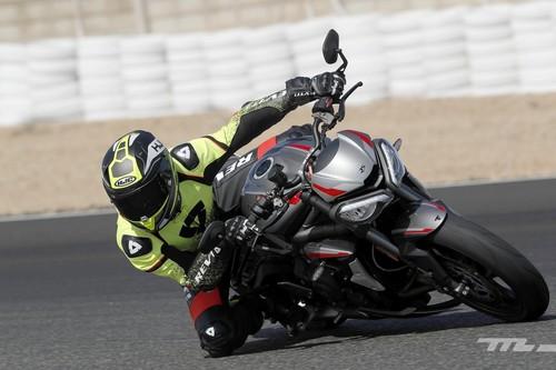 Probamos la Triumph Street Triple RS: 123 CV y 166 kg de moto naked apta para carretera y tandas