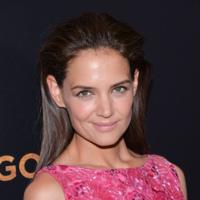 Katie Holmes reaparece de fucsia en el estreno de Woman in gold en Nueva York