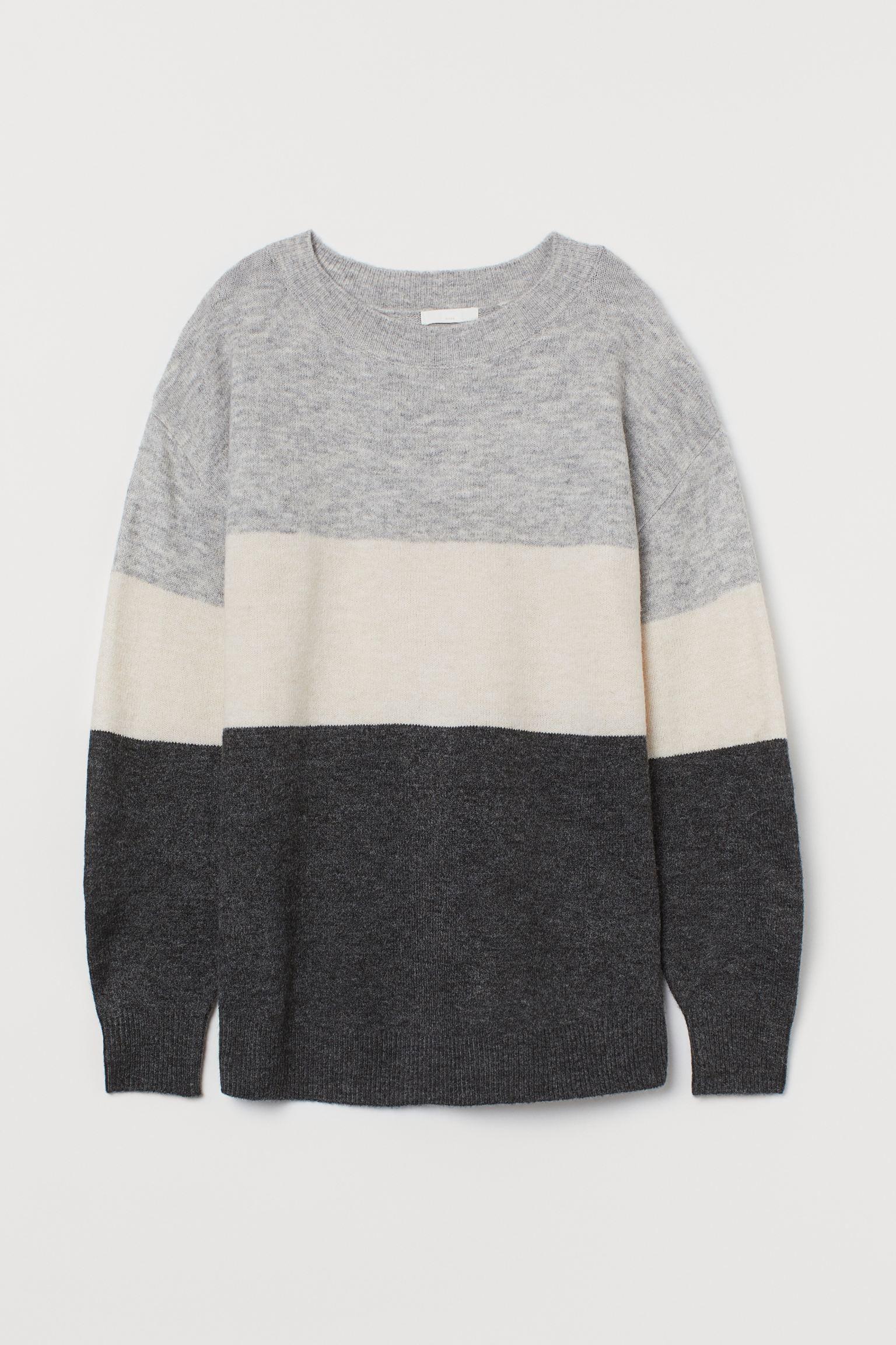 Jersey en punto fino suave con lana en la trama. Modelo de corte relajado con hombros caídos y remate de canalé en cuello, puños y bajo.