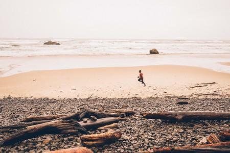 hombre-correr-playa