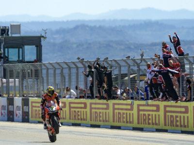 Paliza absoluta de Chaz Davies en la segunda carrera de Superbikes Aragón