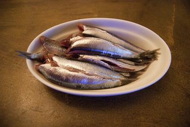 Uno de cada tres pescados consumidos en España puede transmitir anisakis, según la OCU