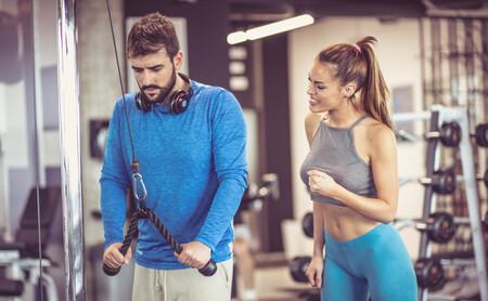 Un ejercicio con poleas para cada gran grupo muscular en el gimnasio