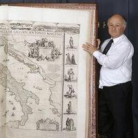 Este es el atlas grabado más grande del mundo y mide casi 1,8 metros de altura