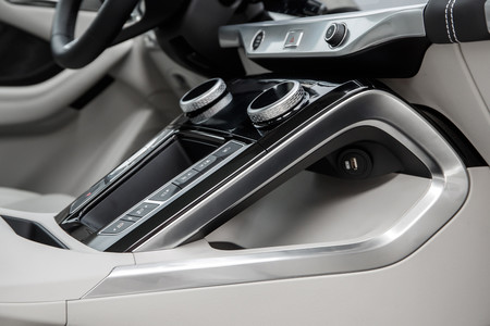 Jaguar I-PACE hueco consola central