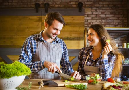 Pareja Enamorada Cocinando