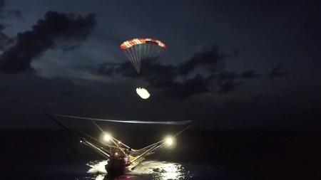 Así consigue SpaceX recuperar con éxito partes de su cohete utilizando una enorme red en un barco en mitad del océano