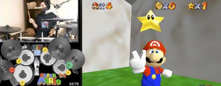 Completar Super Mario 64 en menos de 30 minutos ya es un logro. Hacerlo tocando la batería lo es aún más