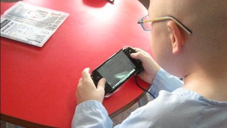 """""""Con los videojuegos ayudamos a que el clima en el hospital sea más favorable para un niño."""" Entrevista a Ricardo de Santiago, de Juegaterapia"""