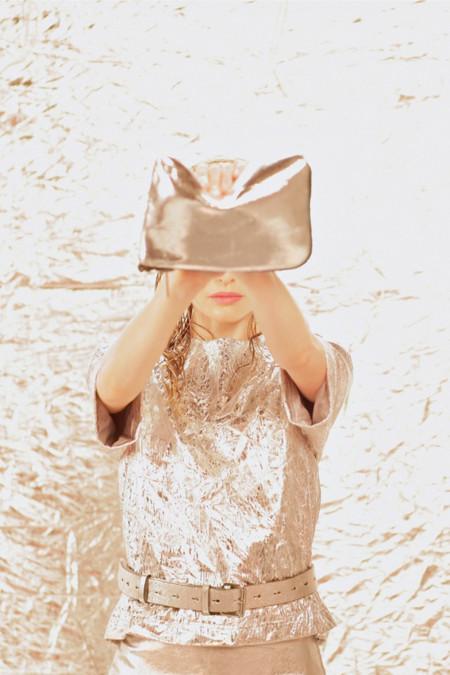 Colección Kate Bosworth para Topshop Navidad Otoño 2013 camiseta metálica clutch metálico plateado
