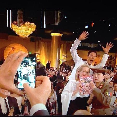 El photobomb del grandísimo Benedict Cumberbatch y otras coñas de los Globos de Oro 2015