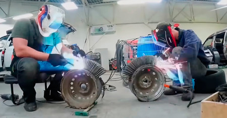 Este vídeo muestra qué pasa si un coche cambia sus neumáticos por ruedas formadas por 3.000 clavos
