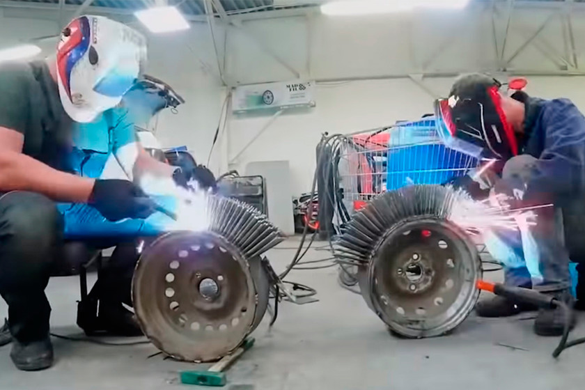 Este vídeo demuestra qué pasa si un coche cambia sus neumáticos por ruedas formadas por 3.000 clavos