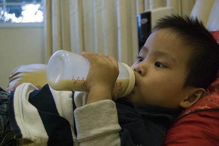 La leche de fórmula no es más eficaz que otros alimentos que forman parte de la dieta en niños de uno a tres años