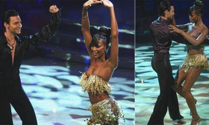 Naomi Campbell baila en Italia