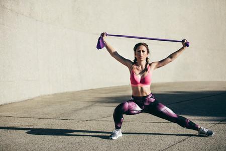 Siete ejercicios para trabajar tus hombros con una goma elástica