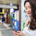 Otro país que asume que andar mirando al móvil es un riesgo: Corea del Sur también pone señales