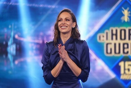 Eva González tiene el vestido satinado azul medianoche que se ha hecho viral y todas quieren llevar en Navidad