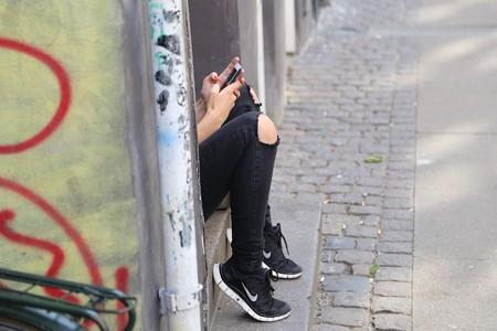 Una persona conversando a través del móvil