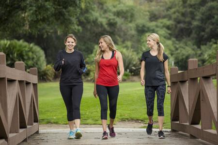 Tres mujeres caminando