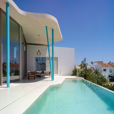 Arquitectura y topografía se unen de forma equilibrada en esta casa de playa en Mazarrón