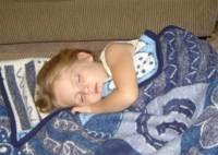 Colocar un cojín entre las piernas al dormir para proteger la espalda