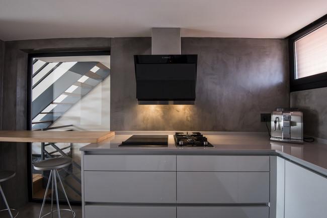 Peque a pero funcional y conectada as es la cocina de - Cocinas sin muebles altos ...