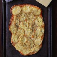 Flatbread o pan plano crujiente de patata, Gruyère y crema agria: receta fácil y rápida