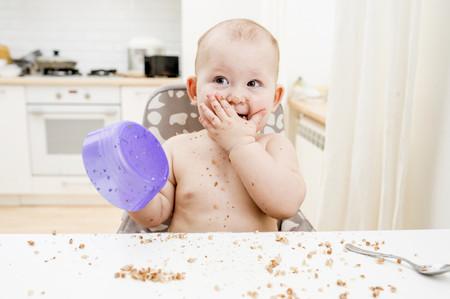 Darle a tu bebé alimentos sólidos más temprano no le va a ayudar a dormir mejor