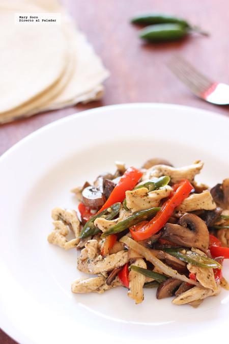 Fajitas picantes de pollo al epazote con champiñones y pimientos. Receta