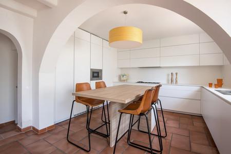 El arco como elemento separador en una preciosa cocina abierta y conectada