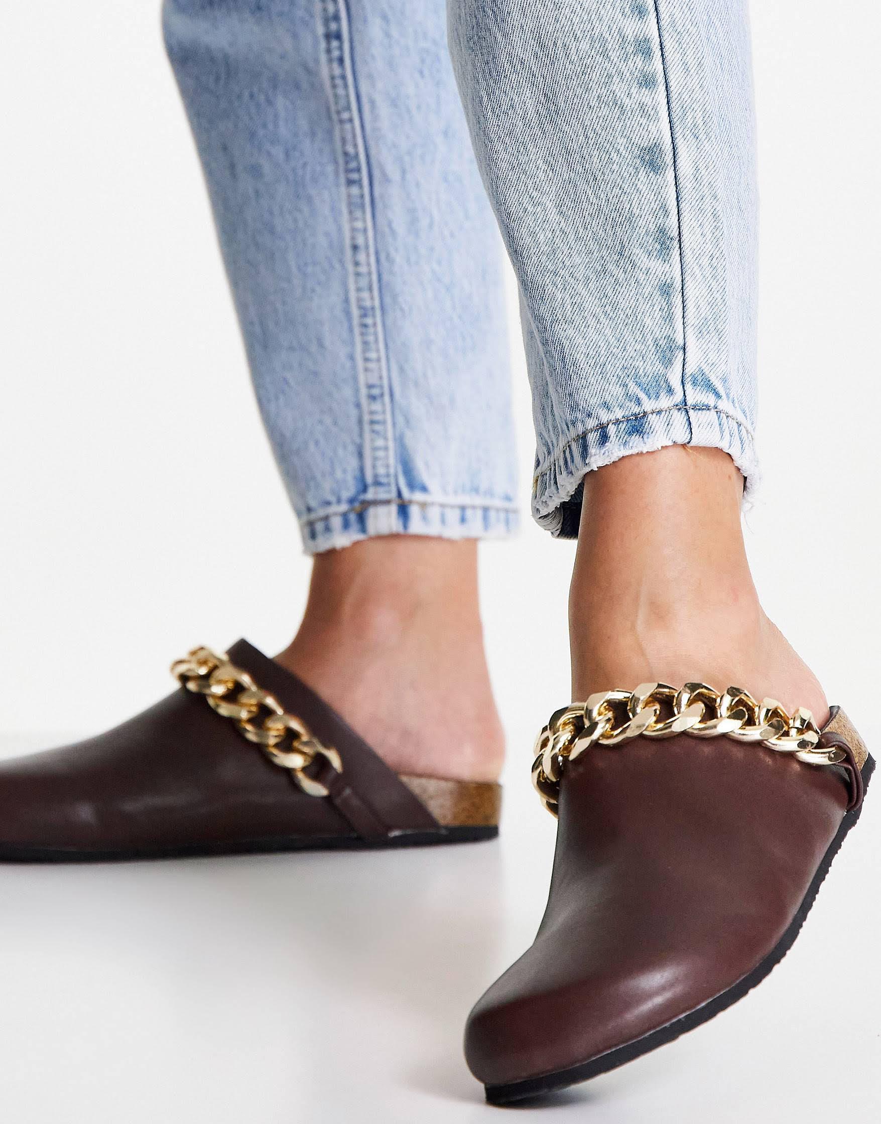 Zuecos marrones estilo mules con ribete de cadena Isabel de Public Desire