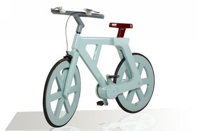 La bicicleta de cartón sigue luchando contra lluvia y fuego para salir adelante