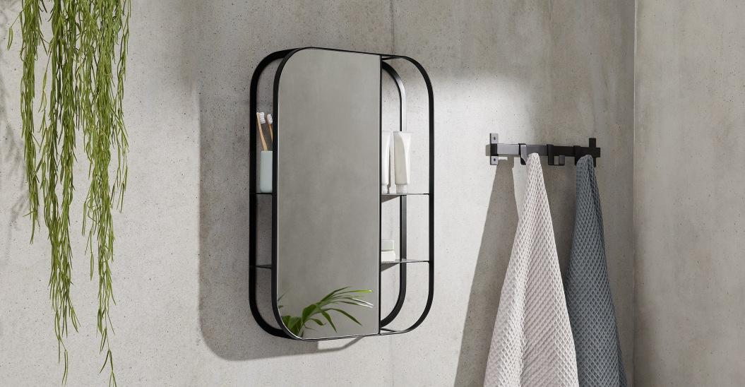 Espejo con estanterías a la vista