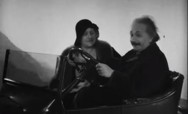 El día que Albert Einstein 'condujo' un coche a través de las nubes sin tener carnet
