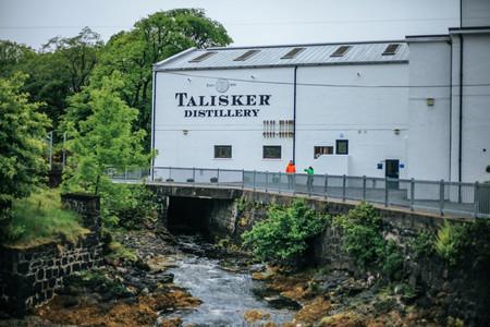 Foto 07 La Destileria Talisker Famosa Por Sus Whiskys Ahumados Y De Sabores Salinos Situada En La Isla Escocesa De Skye