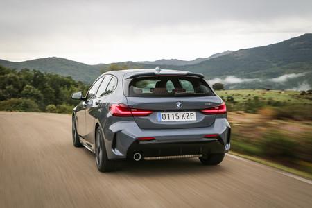 BMW Serie 1 2020 trasera en marcha