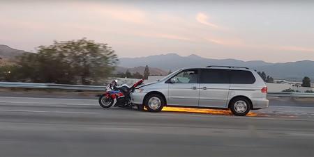 ¡Increíble! Embiste a una moto con su coche y se da a la fuga arrastrándola y echando chispas como en una película de acción