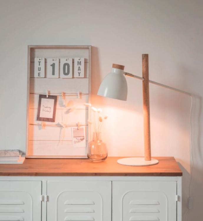 Lámpara de mango y metal blanco
