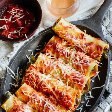 Canelones rellenos con pimientos asados. Receta vegetariana fácil