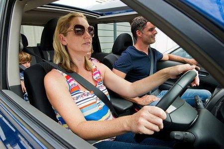 Distracciones como leer  mensajes de texto mientras se conduce disminuyen nuestra capacidad . En la carretera seremos prudentes