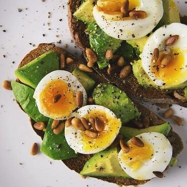 Tostadas de aguacate con huevo pochado. Receta saludable para la cena o el desayuno