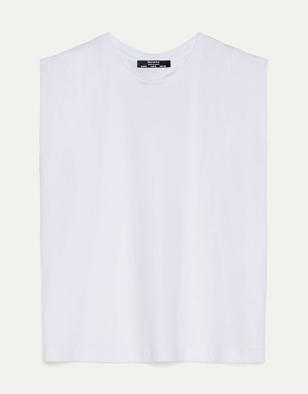 Camiseta con pliegues en hombros.