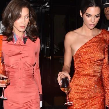 Doble duelo de estilos: Kendall compite en naranjas y negros contra dos grandes de la moda: Bella y Kaia