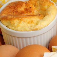 Soufflé de huevos con tocino y queso. Receta fácil para el desayuno