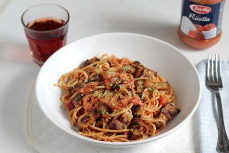 Spaghetti con salsa de pomodoro, ricotta y bacon. Receta