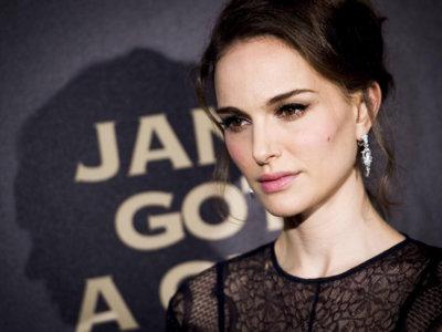 Natalie Portman se enfunda en un exquisito Dior en París pero no en el desfile de Alta Costura de la casa francesa
