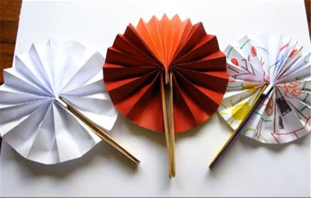 Con este abanico de papel podrás entretener a los niños y refrescarlos al mismo tiempo